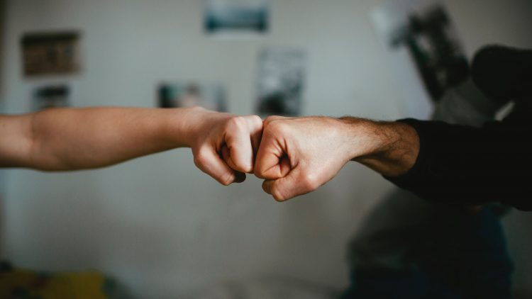Zwei Fäuste treffen sich