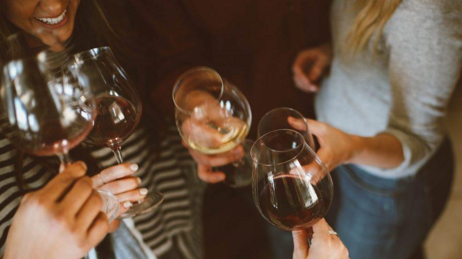 Mitbewohner trinken Wein zusammen