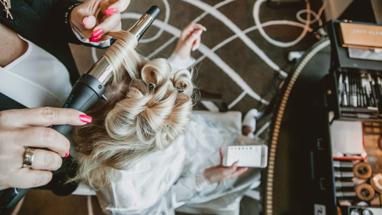 Businesssfrauen-Shooting mit Lockenstab und Handy von Brave Pictures