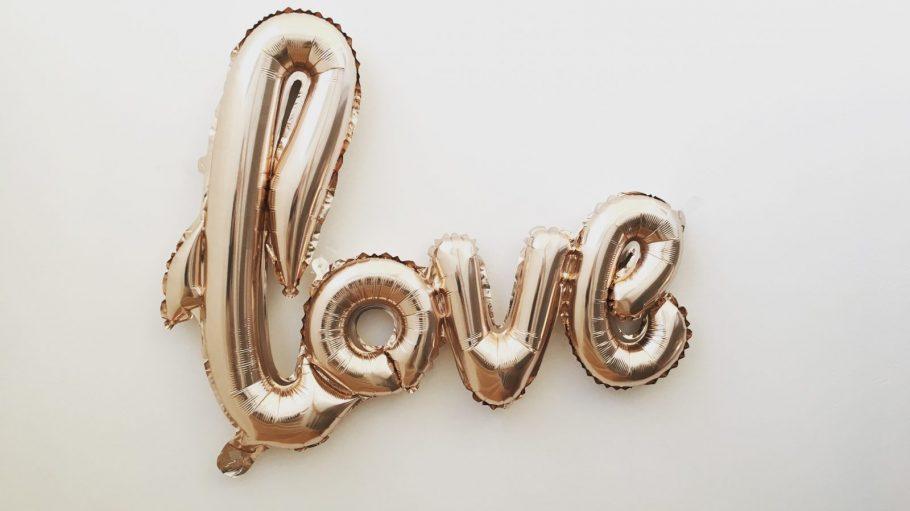 Love Schriftzug als Luftballon