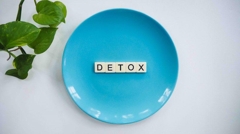 Detox aus Buchstaben auf einem blauem Teller