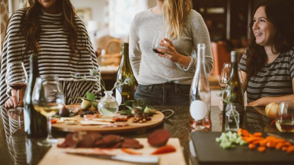 Mitbewohner bei gemeinsamen Abendessen am Tisch