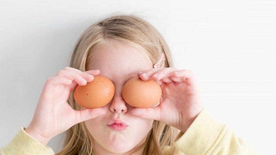 Mädchen mit zwei Eiern vor den Augen