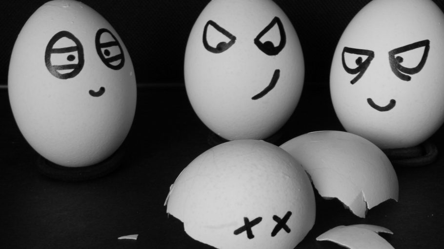 Eier grimmig guckend bemalt, ein Ei ist kaputt