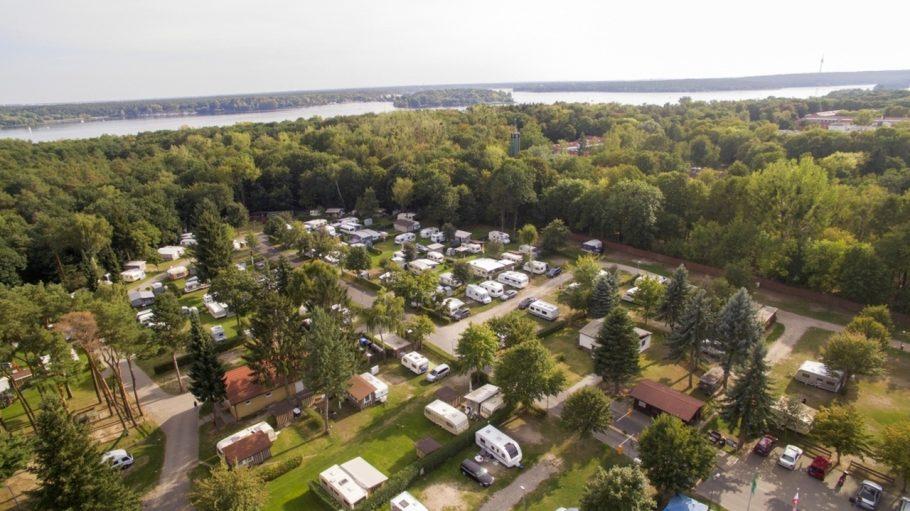 Campingplatz mit Wohnmobilen aus der Luft, eingebettet in Wald