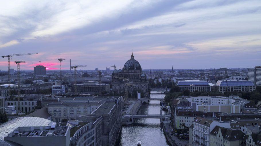 Aussicht auf Berliner Dom und Spree in der Dämmerung