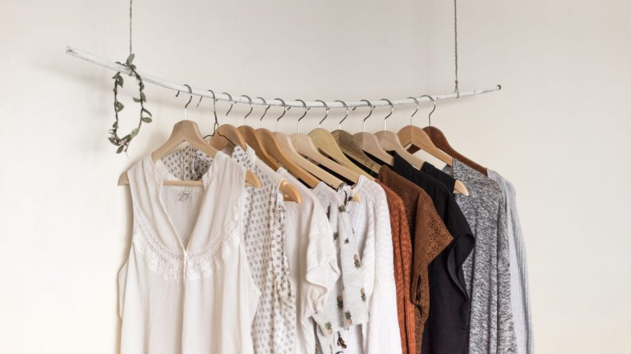 Kleiderstange mit Klamotten
