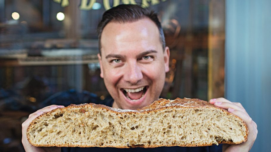 Tim Raue mit Brot in Paris