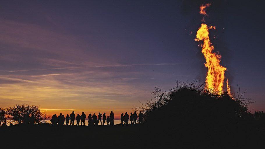 Osterfeuer am See in der Abenddämmerung