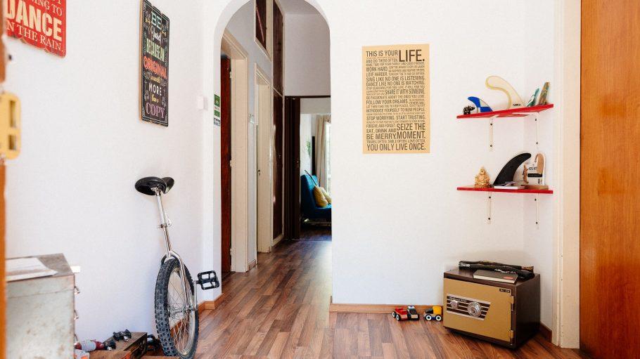 Flur mit Einrad und Spielzeug