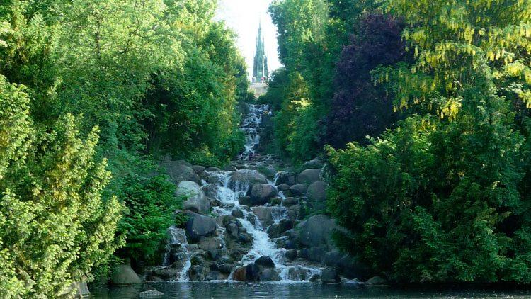 Wasserfall mit Grün drumherum