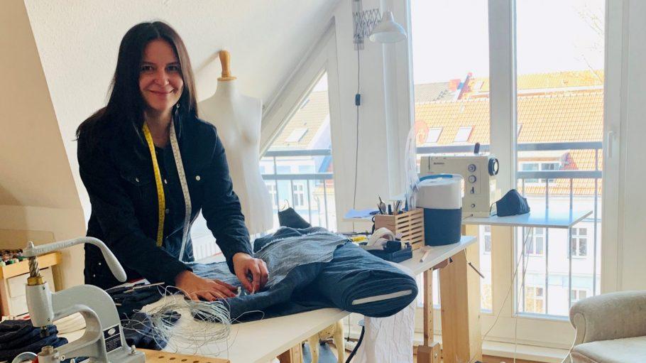 Modedesignerin Martina Rau beim Nähen