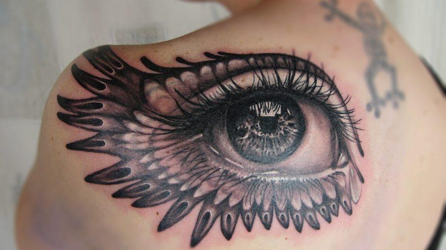 Tattoo mit Auge auf Rücken