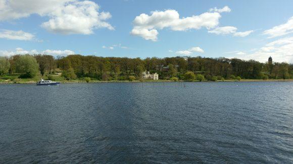 Park Babelsberg mit Kleinem Schloss und Flatowturm, Wald, davor Fluss Havel