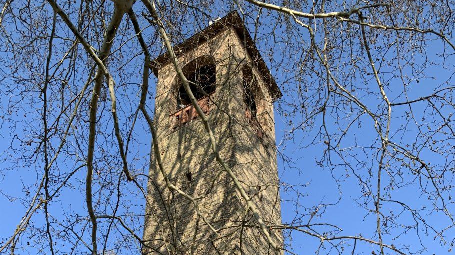 Steinturm bei Potsdam hinter Ästen von Baum