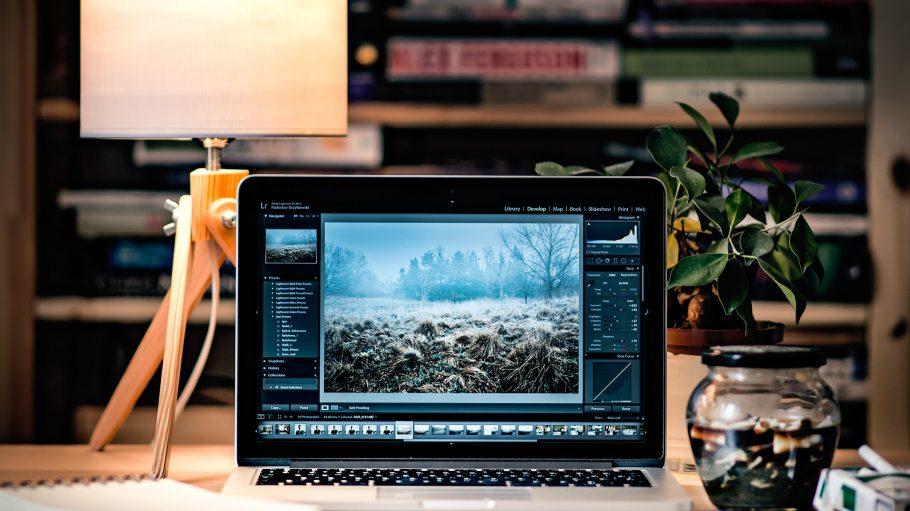 Schreibtisch mit kleiner Lampe und Computer
