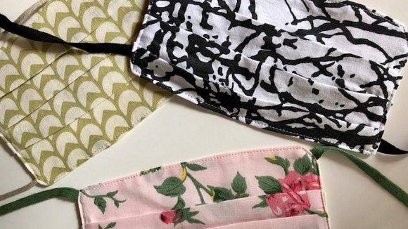 Drei Stoffmasken mit verschiedenen Mustern