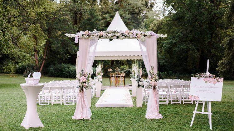 Hochzeitspavillon und Stühle auf einer Wiese