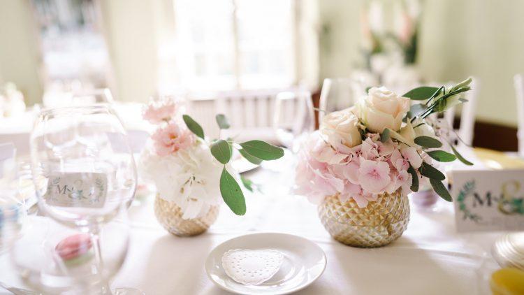 Hübsch dekorierter Hochzeitstisch