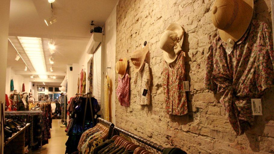 Klamotten an der Wand