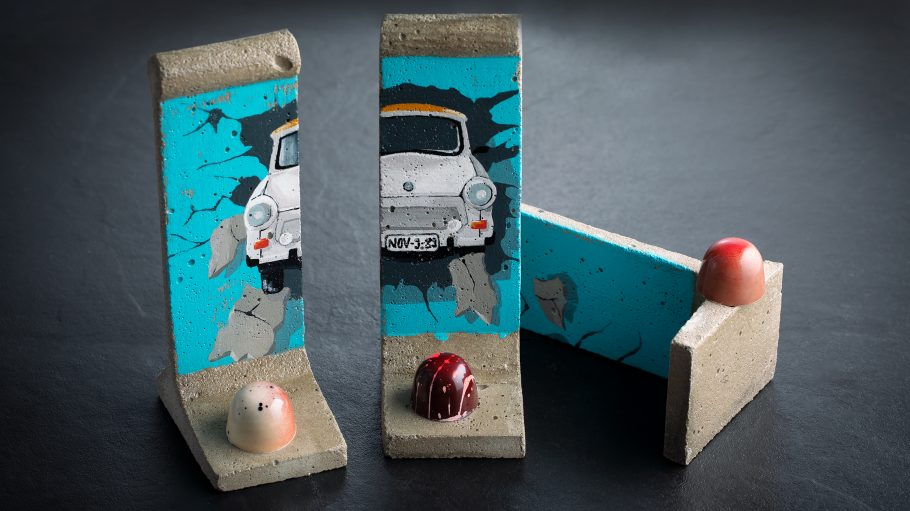 Pralinen auf Miniatur der Berliner Mauer