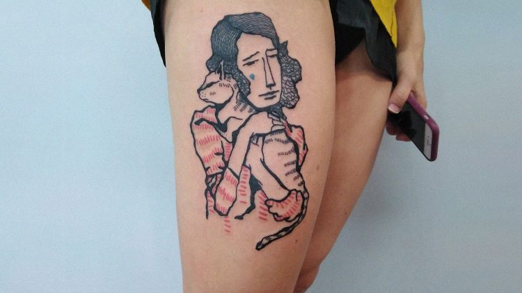 Tattoo Frau mit Katze auf Bein einer Frau