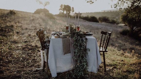 Tisch für zwei auf abgeerntetem Feld
