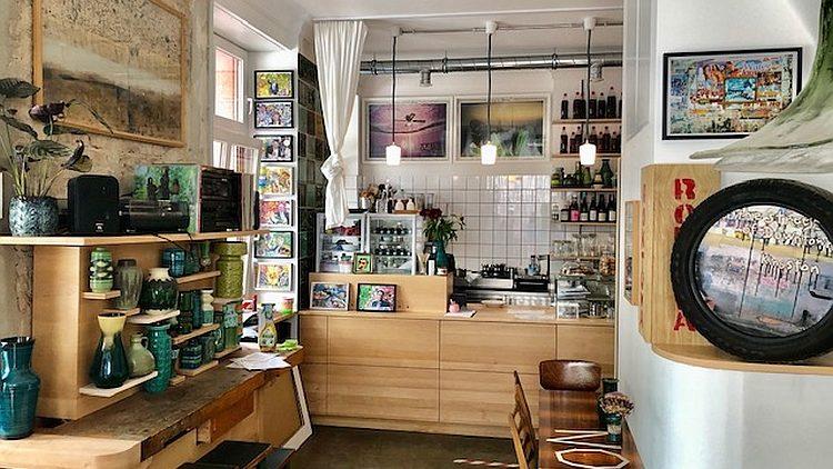 Café mit Tresen und vielfältiger Deko