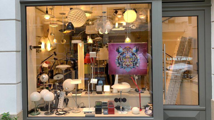 """Auf der Goltzstraße findest du einige Schaufenster mit Exponaten von """"Kunst rettet Kiez""""."""