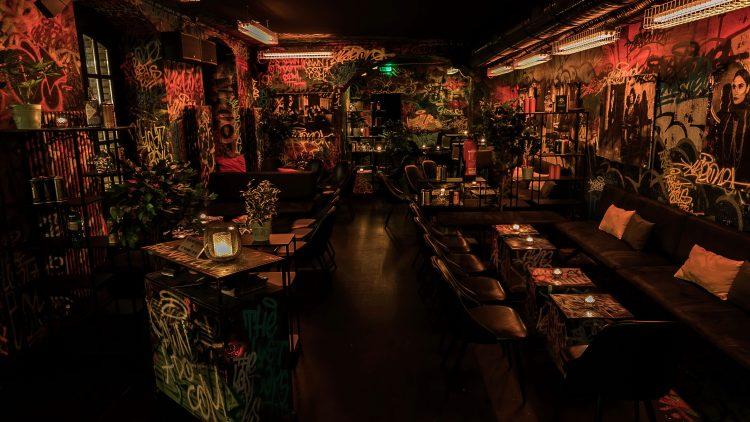 Bar Innenraum, viele Graffitis