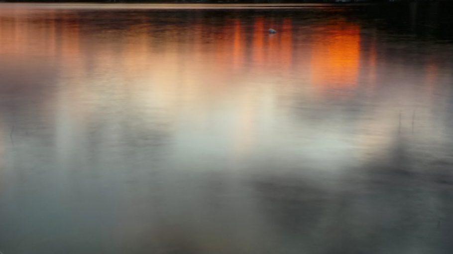 Abendsonne und Wolken spiegeln sich in See