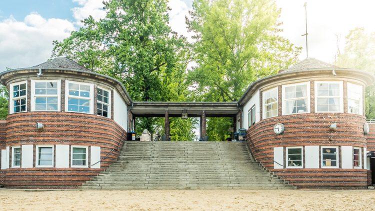 Freitreppe mit zwei Backsteintürmen links und rechts, davor Strand