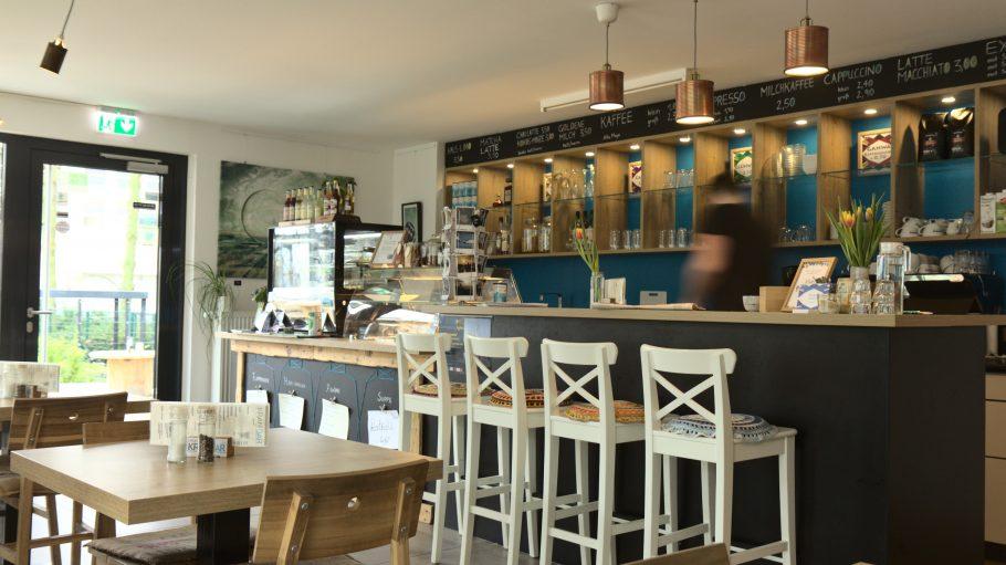 Café Kranbar mit Stühlen und Bar innen