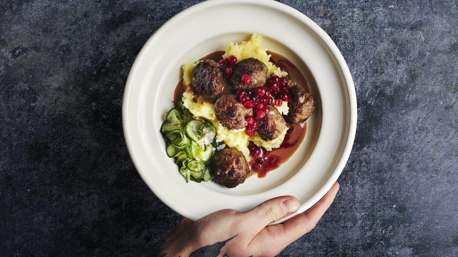 Köttbullar mit Kartoffelbrei, Gurkensalat und Preiselbeerkompott
