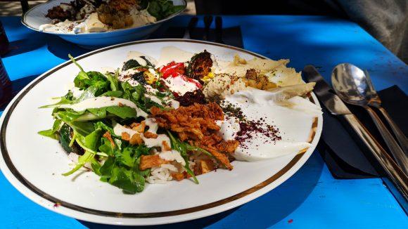 Teller mit israelischem Essen