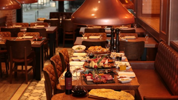 Im neuen Grillhaus kannst du dir dein Fleisch am eigenen Tisch grillen.