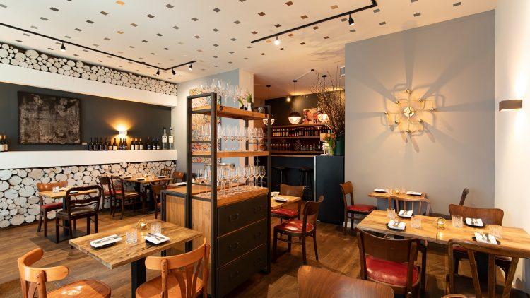 Restaurant Innenraum mit viel Holz