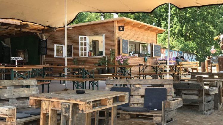 Holzhütte und Palettentische und Palettensofas