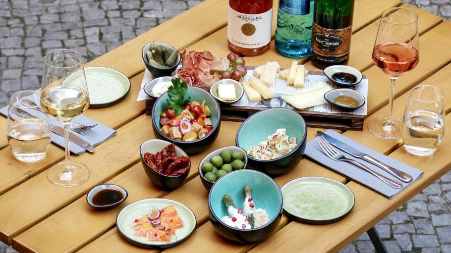 Speisen, Wein und Wasser auf dem Tisch