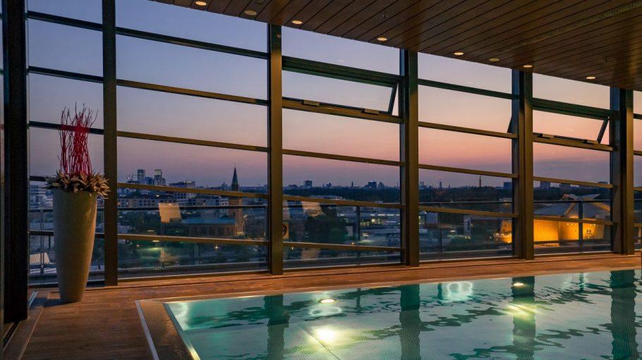 Schwimmbad mit Panoramafenster