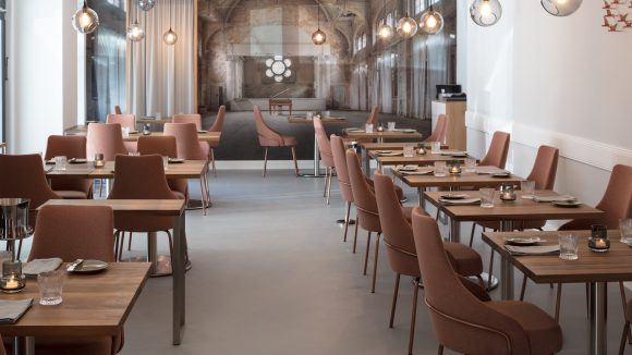 Tische und Stühle im Restaurant