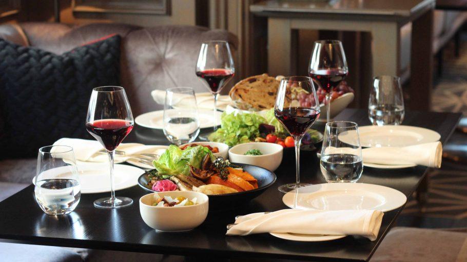 Tisch gedeckt mit Essen und Weingläsern