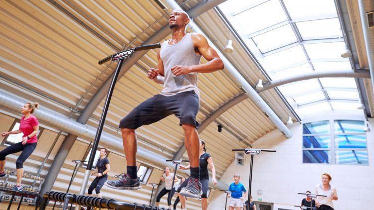 Fitnesskurs mit Menschen auf Geräten