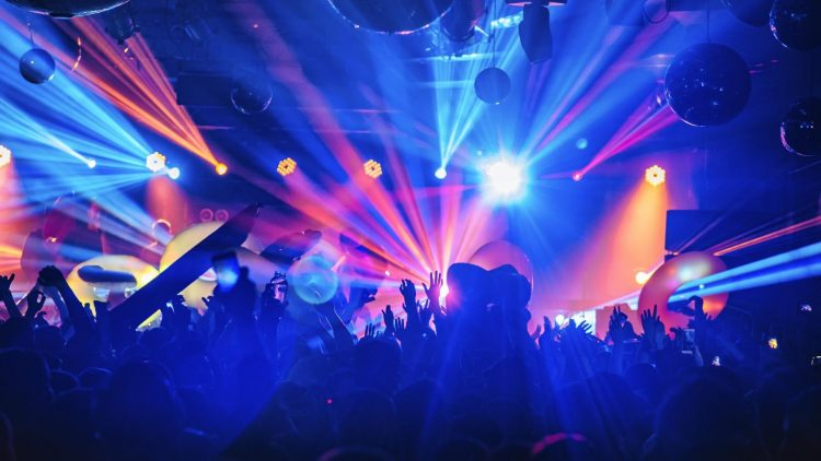 Menschen feiern im Club