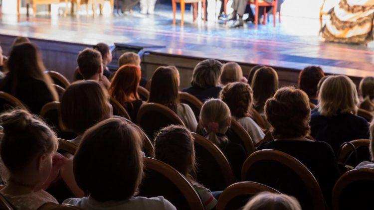 Menschen im Theater von hinten