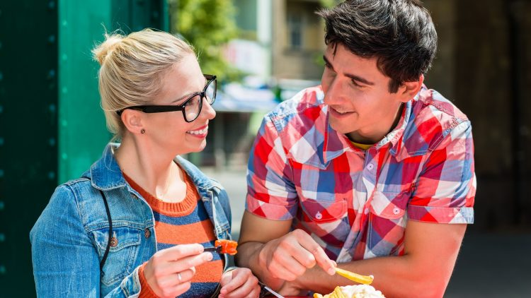 Mann und Frau essen Currywurst