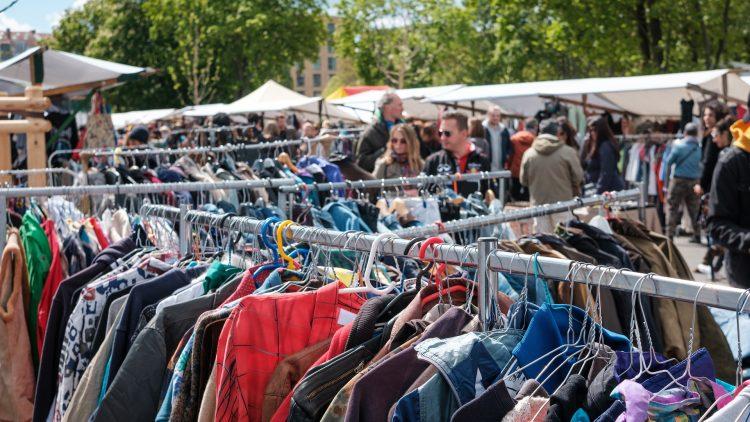 Flohmarkt mit Klamottenständern