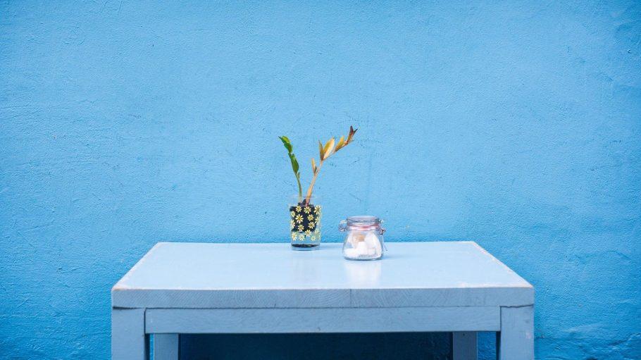 Tisch mit zwei Gläsern drauf