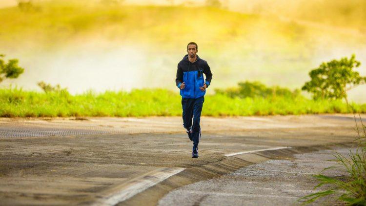 Mann joggt auf Beton