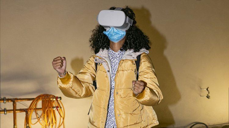 Frau mit virtueller Brille